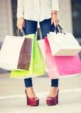 Compras atractivas de la mujer joven en la alameda Imágenes de archivo libres de regalías