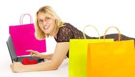 Compras atractivas de la mujer sobre el Internet Imágenes de archivo libres de regalías