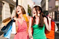 Compras céntricas de las mujeres con los bolsos Imagenes de archivo