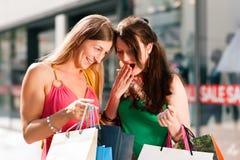 Compras céntricas de las mujeres con los bolsos foto de archivo libre de regalías
