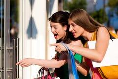 Compras céntricas de las mujeres con los bolsos fotos de archivo