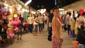 Compras chinas de la mujer joven en el mercado asiático de la noche metrajes