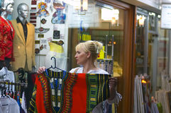 Compras de la calle fotografía de archivo libre de regalías