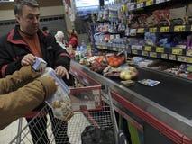 Compras de la cena de la Navidad en el supermercado Fotos de archivo libres de regalías