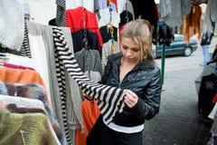 Compras de la chica joven en mercado Imagen de archivo libre de regalías