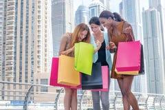 Compras de la discusión Muchacha hermosa en el vestido que sostiene b que hace compras Fotografía de archivo