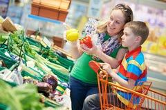 Compras de la familia en el supermercado Imagen de archivo