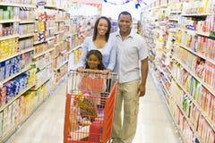 Compras de la familia en supermercado Foto de archivo