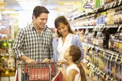 Compras de la familia en supermercado Fotos de archivo