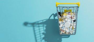 Compras de la farmacia y tenencia il?cita de drogas imágenes de archivo libres de regalías