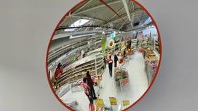Compras de la gente en el espejo en el jumbo del hipermercado, Rumania