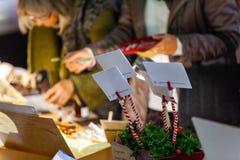 Compras de la gente para las tarjetas del deseo de la Navidad imagen de archivo libre de regalías