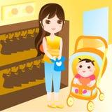 Compras de la madre con el bebé Fotos de archivo libres de regalías