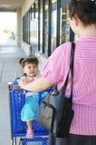 Compras de la madre y de la hija Fotografía de archivo libre de regalías