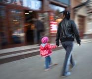 Compras de la madre y de la hija en alameda. Fotos de archivo libres de regalías