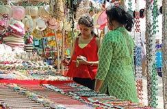 Compras de la madre y de la hija en mercado de pulgas Imagen de archivo