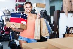 Compras de la muchacha del adolescente en tienda con los bolsos Imágenes de archivo libres de regalías