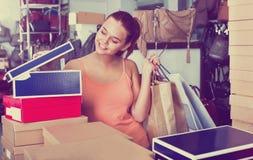 Compras de la muchacha del adolescente en tienda con los bolsos Imagen de archivo libre de regalías