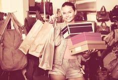 Compras de la muchacha del adolescente en tienda con los bolsos Fotografía de archivo libre de regalías