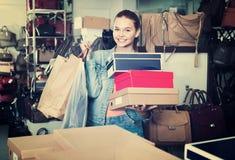 Compras de la muchacha del adolescente en tienda con los bolsos Fotos de archivo