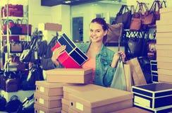 Compras de la muchacha del adolescente en tienda con los bolsos Fotografía de archivo