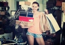 Compras de la muchacha del adolescente en tienda con los bolsos Imagen de archivo