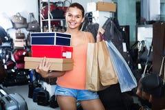 Compras de la muchacha del adolescente en tienda con los bolsos Fotos de archivo libres de regalías