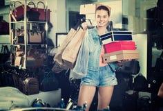 Compras de la muchacha del adolescente en tienda con los bolsos Imagenes de archivo