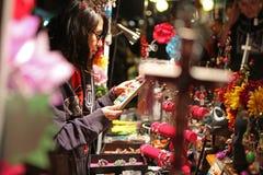 Compras de la muchacha en Dia de los Muertos Foto de archivo