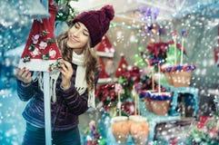 Compras de la muchacha en la feria festiva antes de Navidad Foto de archivo