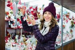 Compras de la muchacha en la feria festiva antes de Navidad Imagenes de archivo
