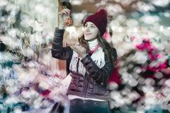 Compras de la muchacha en la feria festiva antes de Navidad Fotografía de archivo