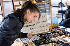 Compras de la muchacha en mercado fotografía de archivo libre de regalías