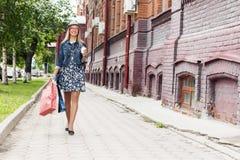 Compras de la muchacha mientras que viaje Imágenes de archivo libres de regalías