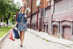 Compras de la muchacha mientras que viaje Fotografía de archivo libre de regalías