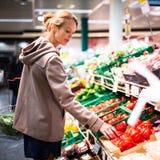 Compras de la mujer bonita, joven para las frutas y verduras Fotografía de archivo