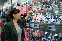 Compras de la mujer de negocios Fotos de archivo libres de regalías
