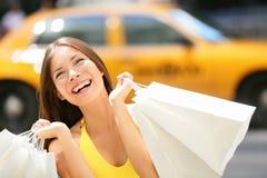 Compras de la mujer del comprador en New York City Imagenes de archivo