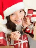 Compras de la mujer del regalo de la Navidad Imagenes de archivo