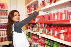 Compras de la mujer durante días de fiesta Imágenes de archivo libres de regalías