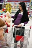 Compras de la mujer embarazada fotografía de archivo libre de regalías