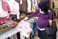 Compras de la mujer embarazada fotos de archivo