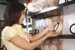 Compras de la mujer en almacén. Fotos de archivo libres de regalías