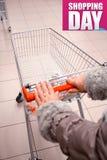 Compras de la mujer en el supermercado fotos de archivo
