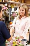 Compras de la mujer en florista Fotografía de archivo