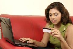 Compras de la mujer en línea foto de archivo libre de regalías