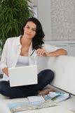 Compras de la mujer en línea Imágenes de archivo libres de regalías