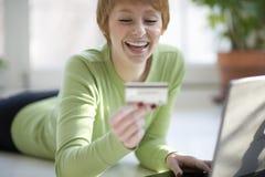 Compras de la mujer en línea Fotografía de archivo libre de regalías