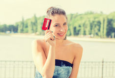 Compras de la mujer en la línea que muestra la tarjeta de crédito fotos de archivo