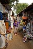 Compras de la mujer en mercado africano Imagen de archivo